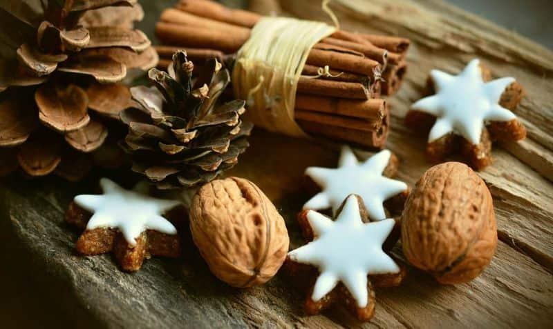 cookie stars cinnamon sticks pine cones